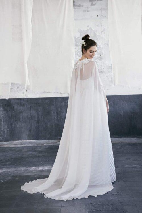 Novias-modelo-43-ELESTIAL-with-cloak-1-Inmaculada_García